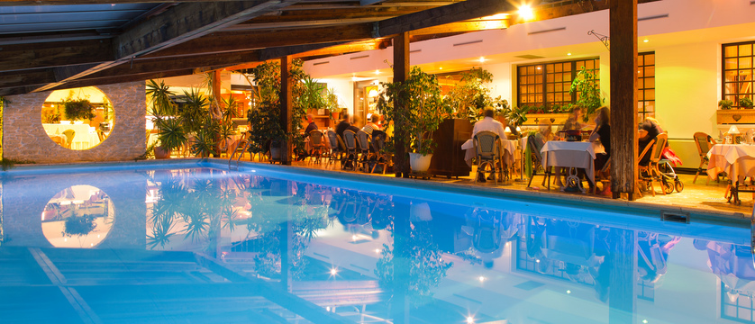 Hotel Les Airelles swimming pool and dining area